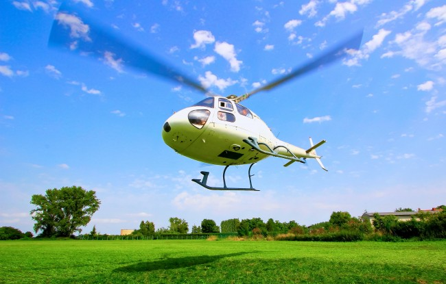Hubschrauber Start vor blauem Himmel